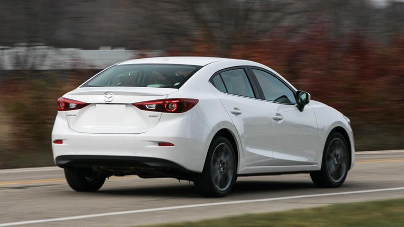 Mazda 3 sedan duoi xe
