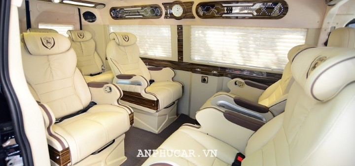 Ford Transit Limousine 2020 gia lan banh